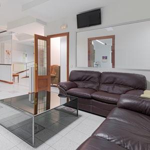 Amplia y cómoda sala de espera